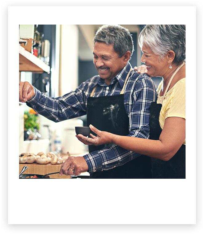Homem e mulher cozinhando juntos