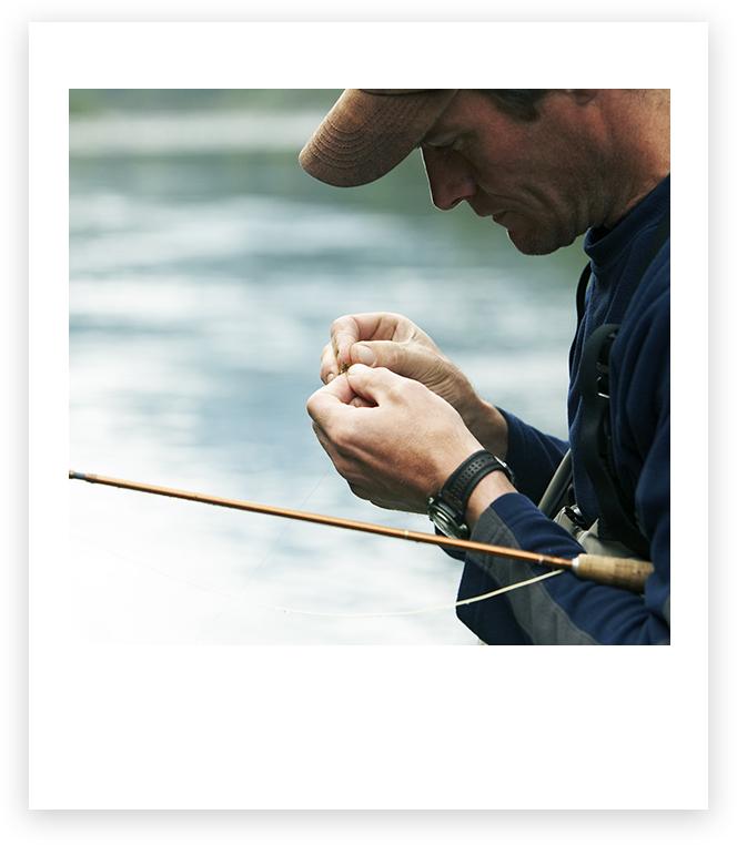 Homem colocando uma isca na linha de pesca
