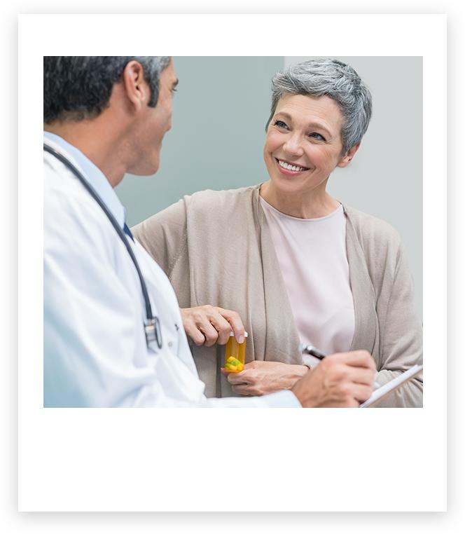 Médico e paciente sorridente conversando