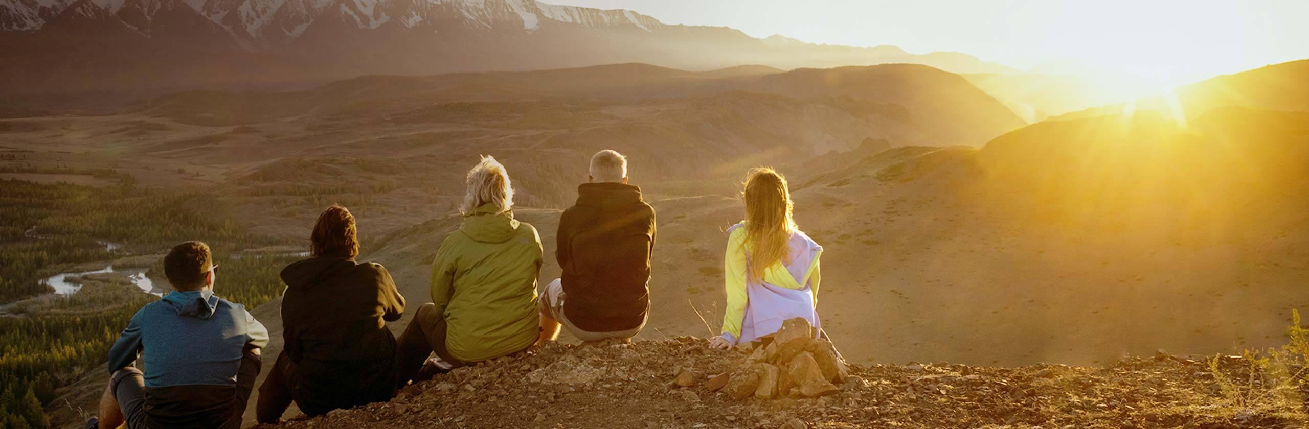 Família na montanha apreciando a paisagem