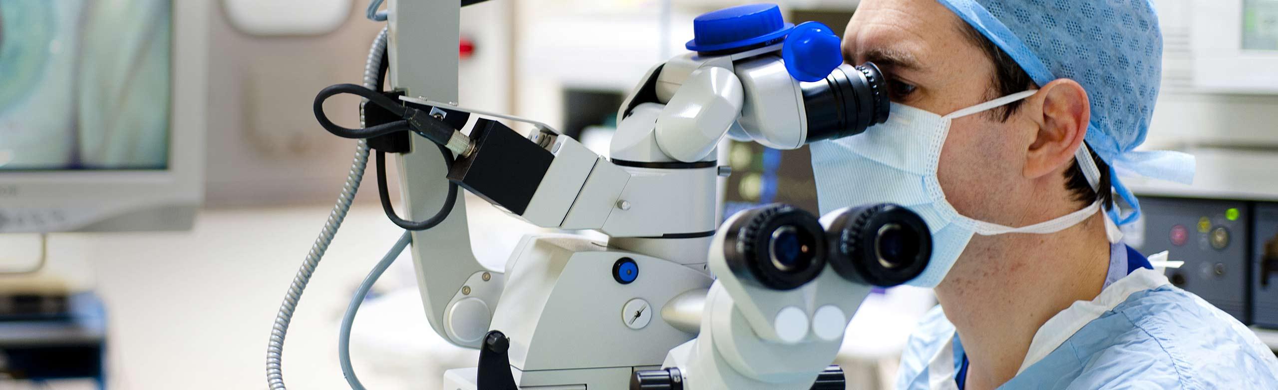 Cirurgião oftalmologista realizando uma cirurgia de catarata