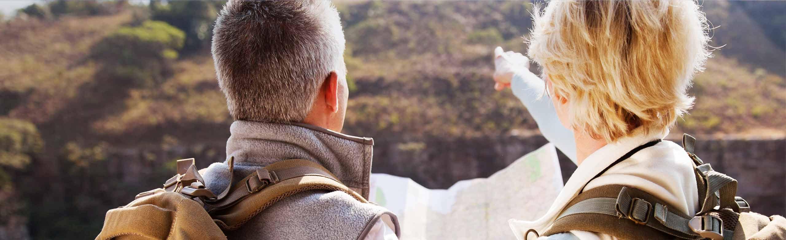 Casal olhando um mapa