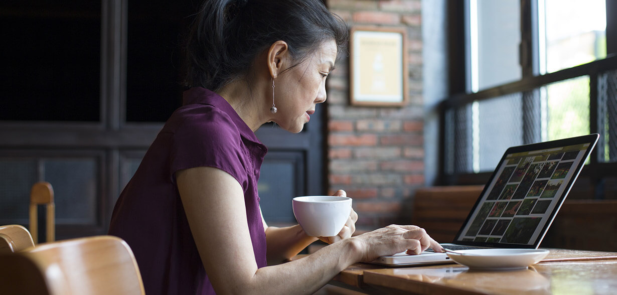 Mulher trabalhando em um notebook