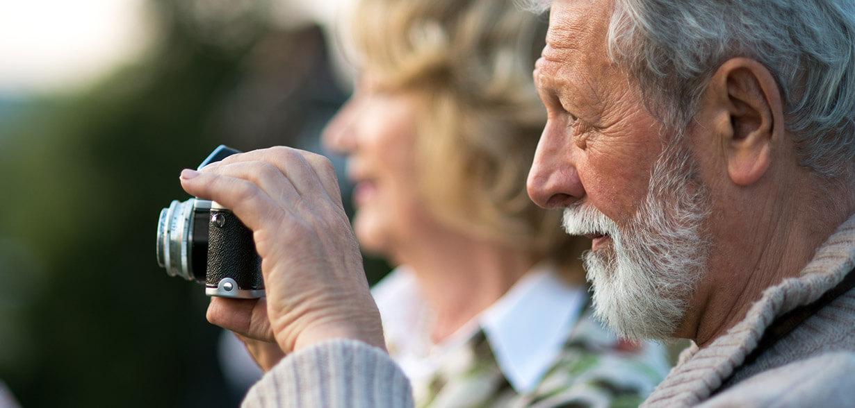 Homem tirando uma fotografia com uma câmera
